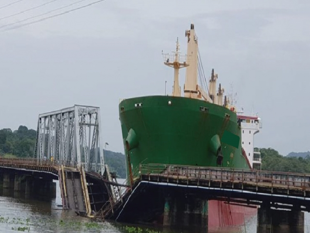 GROUNDING AND COLLISION ACCIDENT AT THE RAILROAD GAMBOA BRID